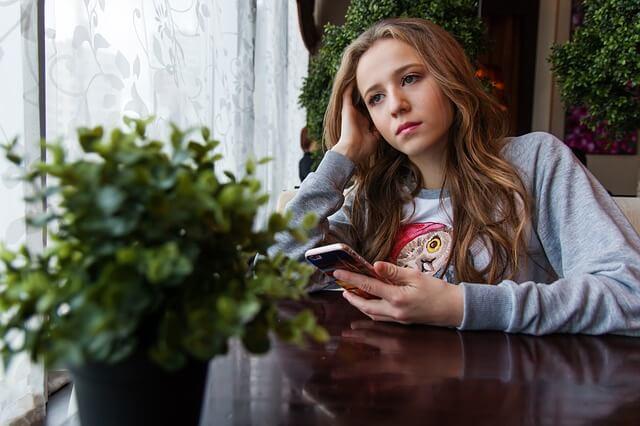 Nainen odottaa puhelua